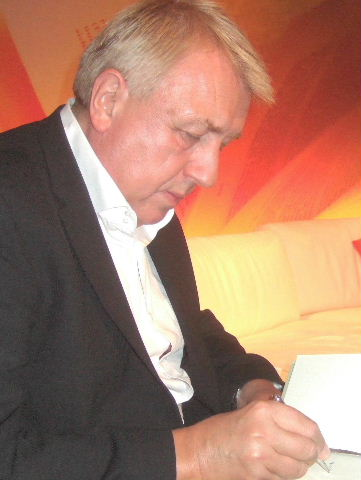 Hanns-Josef Ortheil mentre firma autografi